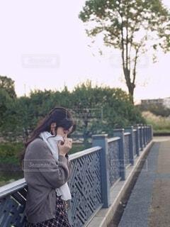ストールを巻いた女性の写真・画像素材[3800681]