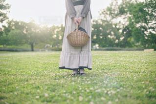 公園の広場に立つ女性の写真・画像素材[4465809]