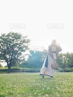公園の広場に立つ女性の写真・画像素材[4465810]