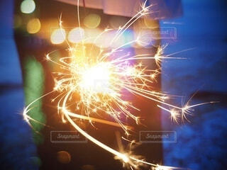 手持ち花火の光の写真・画像素材[4659962]
