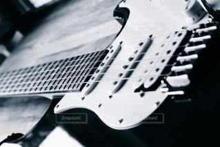 近くにギターのアップ - No.823944