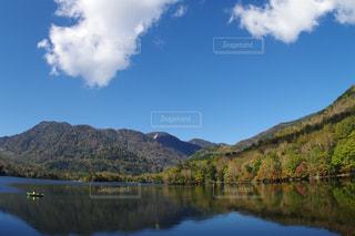 背景の山と水体の写真・画像素材[856309]
