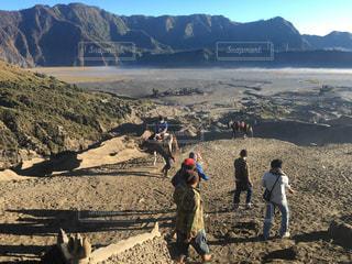 ビーチでの背景の山に人々 のグループの写真・画像素材[781775]