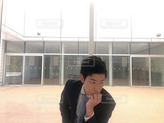 建物の前に立っている少年の写真・画像素材[1016327]