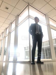 建物の前に立っている男 - No.1016580