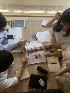 テーブルの周りの人々 のグループの写真・画像素材[1322551]