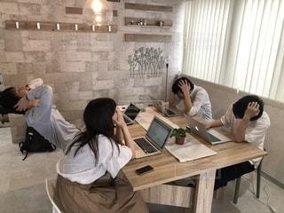 テーブルに座っている人々 のグループの写真・画像素材[1323121]