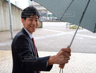 幸せとは、大切な人に降りかかった雨に傘をさせることだの写真・画像素材[1597202]