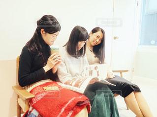 ソファーの上に座っている女性の写真・画像素材[1654400]