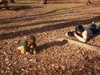 土の中横になっている男の子の写真・画像素材[1658420]