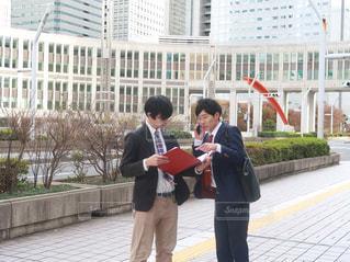 建物の前に立っている男の写真・画像素材[1666459]
