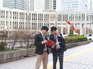 建物の前に立っている男たちの写真・画像素材[1666464]