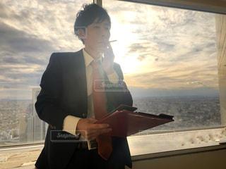 スーツとネクタイを身に着けている男の写真・画像素材[1711009]