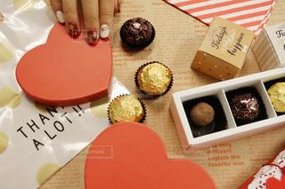 板の上に食べ物の種類でいっぱいのボックスの写真・画像素材[1812825]