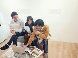 テーブルに座っている人々 のグループの写真・画像素材[1816732]