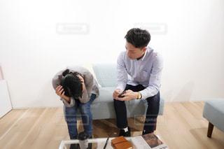 部屋に坐っていた男の写真・画像素材[1818227]
