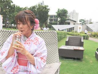 ベンチに座っている少女の写真・画像素材[2307235]