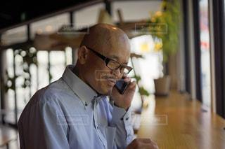 スーツを着て、携帯電話で話しているネクタイを着た男の写真・画像素材[2429153]