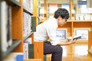 本を熟読する男性の写真・画像素材[2498609]