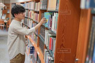 本棚を持っている男性の写真・画像素材[2506794]