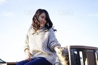 笑顔の女性と猫の写真・画像素材[2720734]