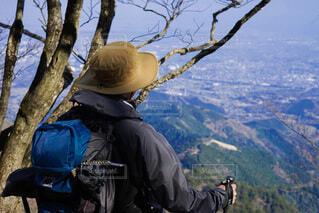 登頂して景色をみる男性の写真・画像素材[4943848]