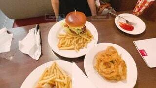 女性,1人,食べ物,食事,朝食,ランチ,ディナー,屋内,ハンバーガー,一人,テーブル,皿,人物,人,揚げ物,サンドイッチ,レストラン,ご飯,休日,デート,お昼,フライドポテト,菓子,ファストフード,スナック,ジャンクフード,ウエスタン,ダイナー,スロー,子供の食事
