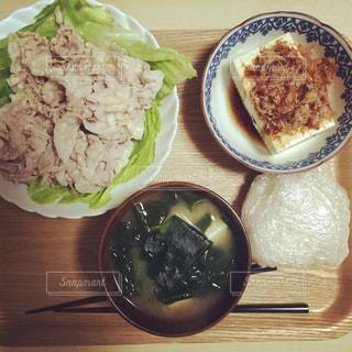テーブルの上に食べ物のプレートの写真・画像素材[1072764]