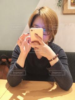 真剣な表情でスマホをチェックする女性の写真・画像素材[1079723]
