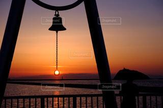 幸福の鐘と夕陽の写真・画像素材[4417187]
