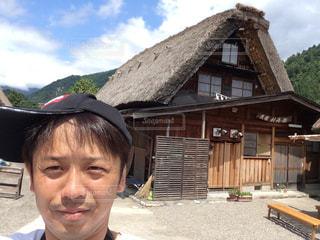 建物の前に立っている少年の写真・画像素材[1434891]
