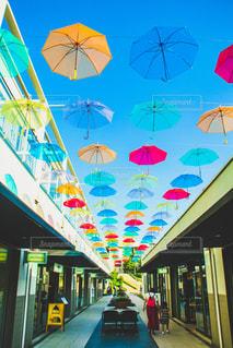 空に浮かぶ傘の写真・画像素材[2228942]