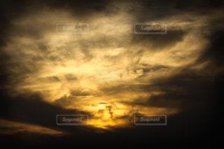 夕暮れの空は切なく、尊く、愛おしいの写真・画像素材[2493436]