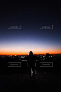 背景にオレンジ色の夕焼けの写真・画像素材[2727132]