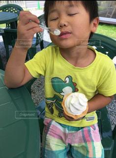 はよ食べんとソフトクリーム溶けるよ!とうるさく言う母ちゃんが隣にいるけど僕はいつもマイペース♪の写真・画像素材[1326531]