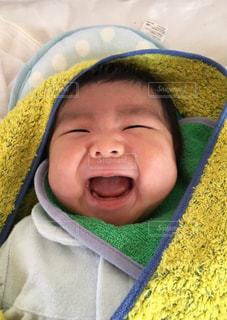 赤ちゃんのベッドの上で横になっています。の写真・画像素材[1371585]