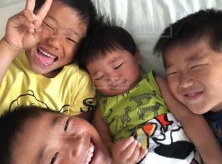 四男が起きるとみんな集合する…の写真・画像素材[1371688]