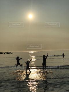 嬉しいとジャンプする子ども(o^^o)の写真・画像素材[1385309]