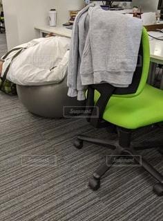 ベッドルーム(ベッド付)と椅子付きのベッドルームの写真・画像素材[2730814]
