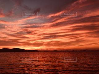 水の体に沈む夕日の写真・画像素材[1301714]