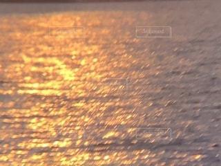 キラキラ,夕日に照らされる水面