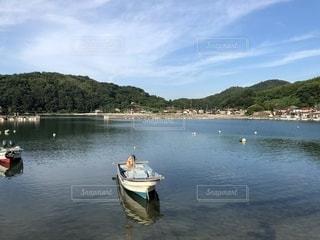 水の体の小さなボートの写真・画像素材[1387230]