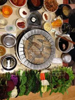 テーブルの上に座って食品の束の写真・画像素材[917012]