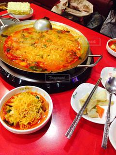 テーブルの上の皿の上に食べ物のボウル - No.917025