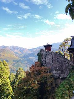 背景の大きな山のビューの写真・画像素材[1602948]