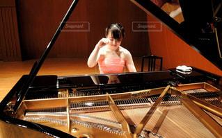 ピアノを弾く少女の写真・画像素材[802373]