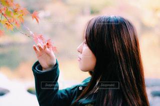 近くに花を持っている人のの写真・画像素材[882736]