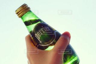 ボトルを持つ手の写真・画像素材[902152]