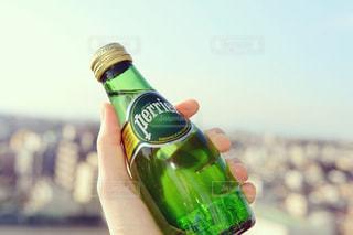 ワインの瓶を持っている手の写真・画像素材[902153]