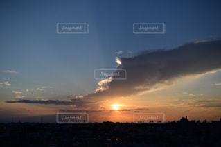 夕焼け空に浮かぶ雲のグループの写真・画像素材[975763]